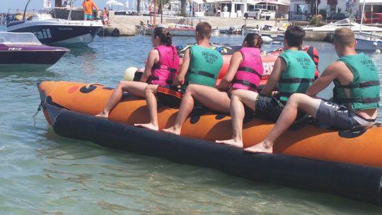 banana boat saliendo de es canar con ski pepe watersports ibiza