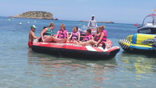 foto de grupo en el hinchable de ski pepe watersports ibiza en es canar