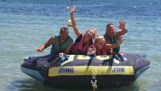grupo de amigos en ski pepe watersports ibiza con el hinchable