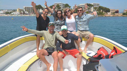 foto de grupo en el barco de ski pepe watersports ibiza