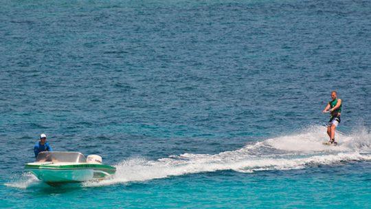 actividad acuática de wakeboard por ski pepe watersports en ibiza