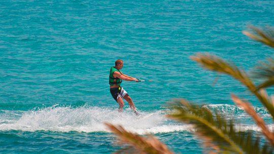 actividad de wakeboard en Es Canar, Ibiza